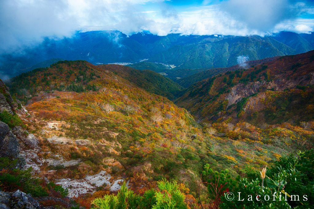 ホワイトロードから紅葉の三方岩岳と白川郷を望む